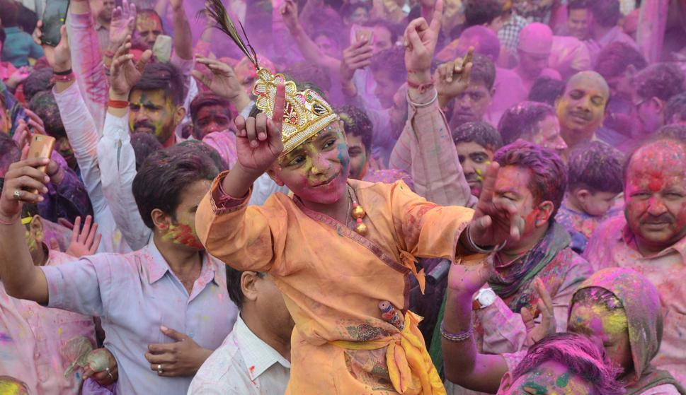 Un niño indio baila durante el festival Holi en India. Foto: AFP