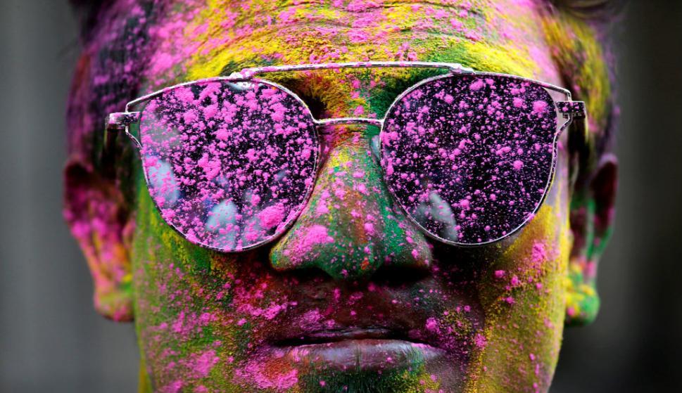 Un hombre cubierto de polvo de colores durante el festival hindú. Foto: Reuters