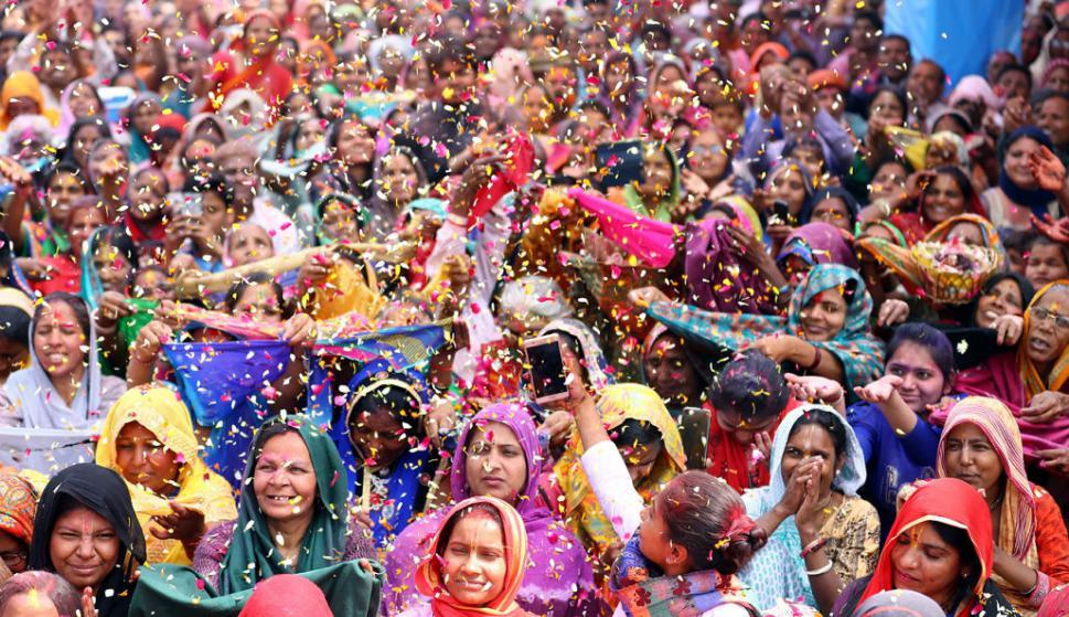 Devotos hindúes celebran en un templo de Vrindavan, India. Foto: AFP