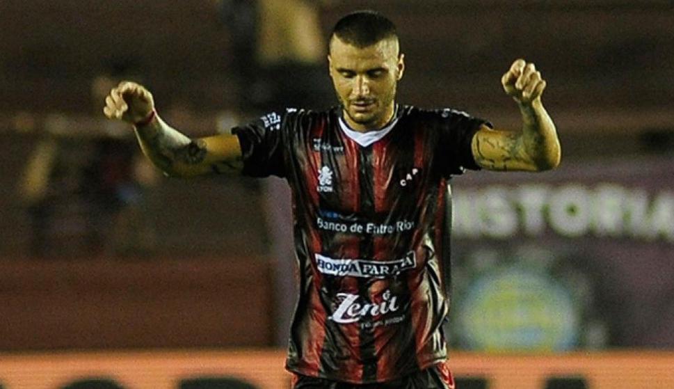 Sebastián Ribas festejando el gol de Patronato.