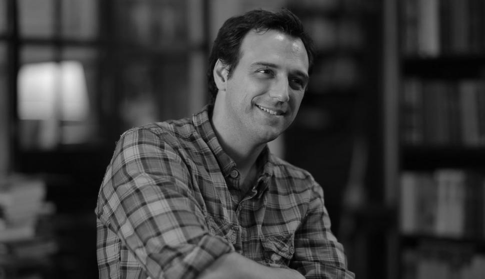 Facundo Ponce de León. Conductor de TV, productor audiovisual, filósofo y pensador. En 2001, Facundo obtuvo dos títulos en la Universidad de República: Licenciado en Filosofía y Licenciado en Ciencias de la Comunicación. Ese año comienza su carrera en la