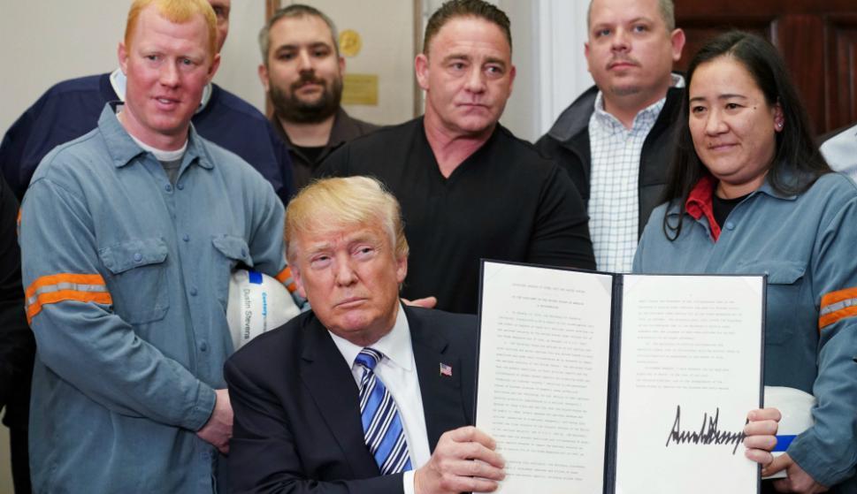 Trump muestra el decreto con los nuevos aranceles sobre el acero y el aluminio. Foto: AFP