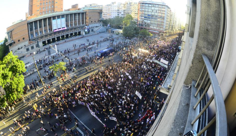 Miles marchan en 18 de Julio por el Día Internacional de la Mujer. Foto: Darwin Borrelli