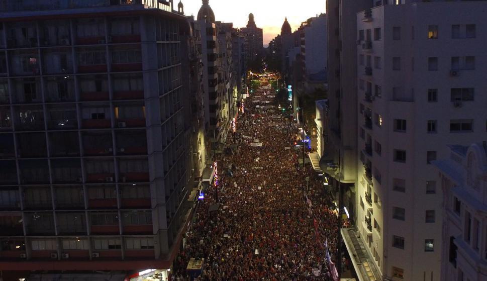 Miles de personas en 18 de Julio por el Día de la Mujer. Foto: Unicom