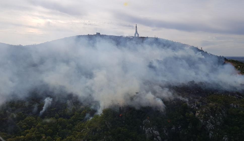 Incendio próximo al Cerro del Verdún. Foto: Fuerza Aérea Uruguaya