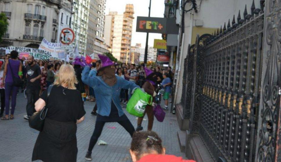 Resultado de imagen para Los feministas vandalizan a la iglesia en protesta por el Día de las Mujeres en Uruguay