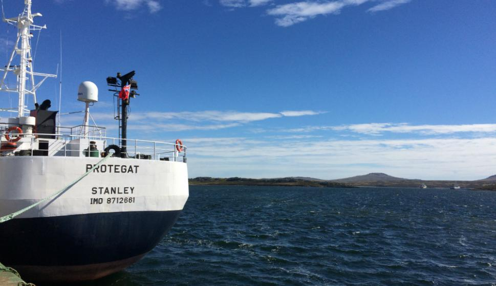 Barco en el puerto de Stanley. Foto: Mathias Da Silva