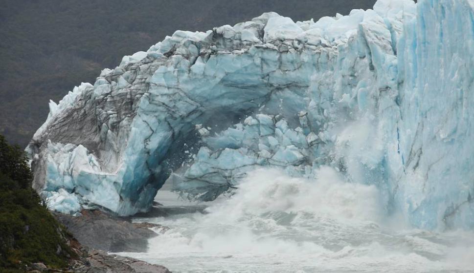 El Glaciar Perito Moreno se derrumbó durante la noche sin público observándolo. Foto: AFP