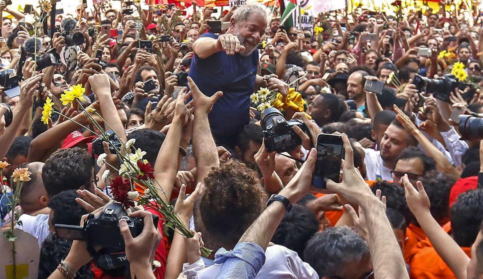 Lula es llevado en andas por sus seguidores tras el discurso. Foto: AFP.