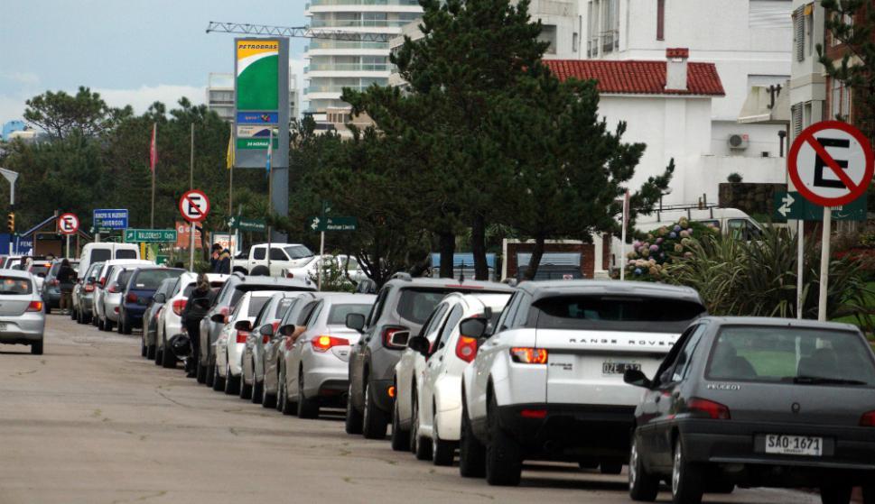 Colas de vehículos con matrículas argentinas y brasileñas esperan para cargar combustible. Foto: Ricardo Figueredo