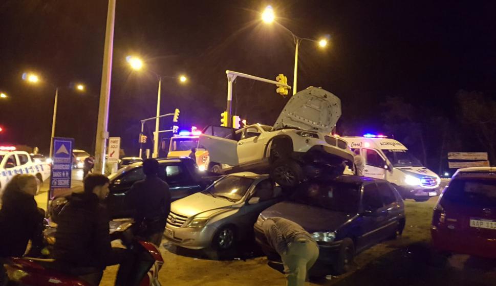 Un auto de matrícula argentina quedó arriba de los vehículos estacionados al borde de la ruta. Foto: Gentileza de lector