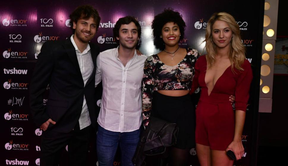 Parte del elenco de Simona en la fiesta. Flor Vigna (extrema derecha) habría iniciado romance con Andrés Gil (tercero desde la izquierda). Foto: D. Borrelli.