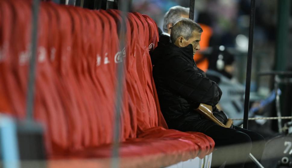 El Maestro Tabárez mira atento el partido. Foto: Gerardo Pérez.