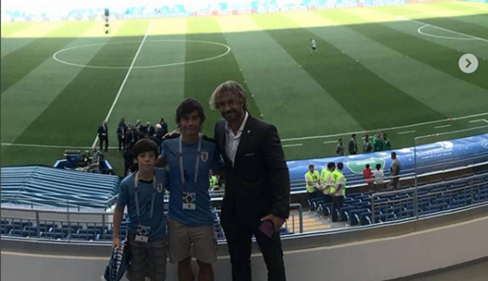 Diego Lugano junto a sus hijos en el estadio ruso. Foto: @diegolugano