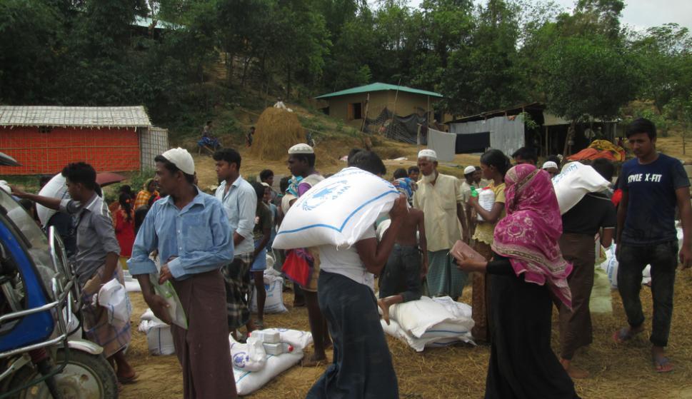 Los refugiados rohingyas reciben alimentos en el campo de  Kutupalong-Balukhali. Principalmente obtienen arroz 42ac6cf3425f4