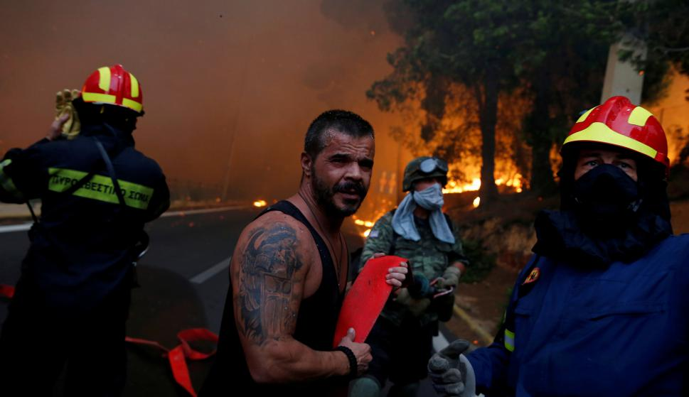Bomberos intentan combatir el incendio en Atenas. Foto: Reuters