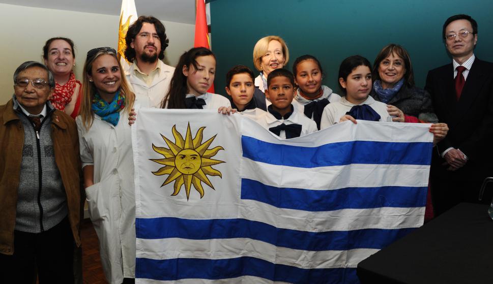Escolares que viajarán a China, junto a la ministra de Educación y Cultura, María Julia Muñoz. Foto: Presidencia