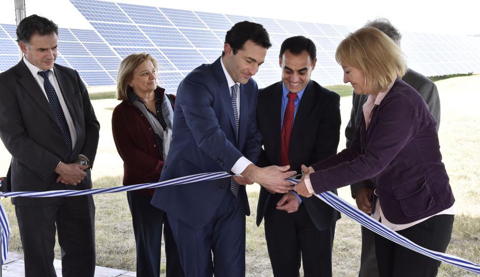 Corte de cinta inaugural de la planta fotovoltaica.