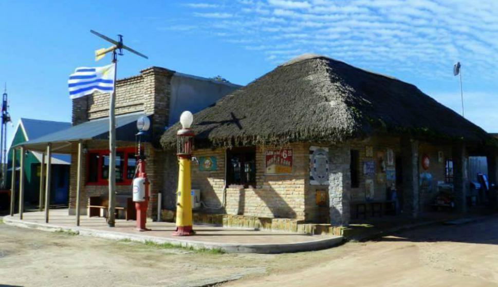 A dos kilómetros del centro de Tacuarembó continúa expandiéndose una ciudad de biógrafo que recibe a los turistas con hotel, restorán. Foto: Hotel Museo y Restaurant Fordt City