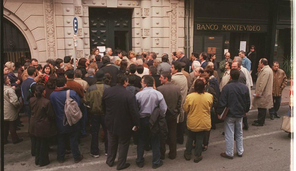 La espera frente al Banco Montevideo. Foto: archivo El País.