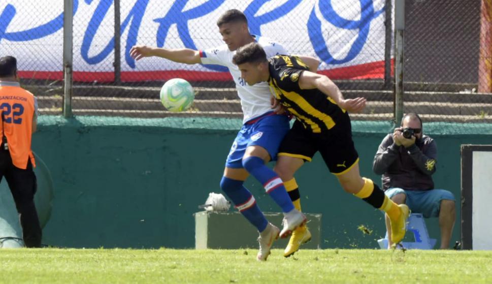 Brian Ocampo y Giovanni González en el Nacional vs. Peñarol.