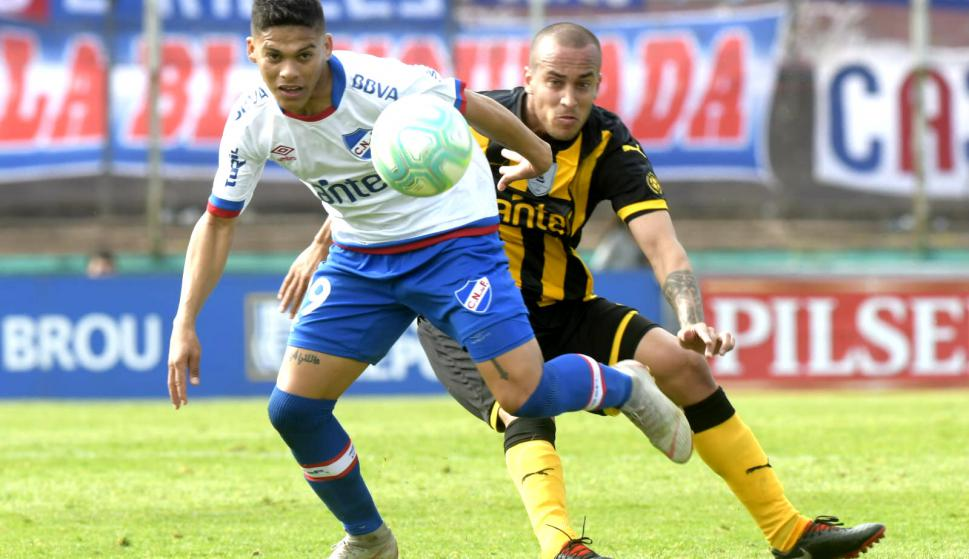 Brian Ocampo y Guzmán Pereira en el clásico Nacional vs. Peñarol.