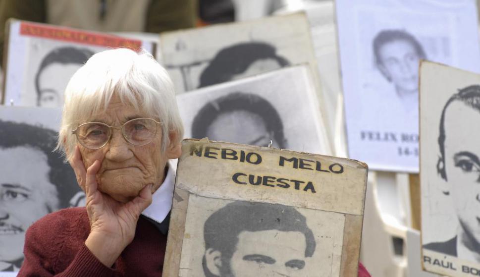 Luisa Cuesta durante el acto del Primero de Mayo de 2008 sosteniendo un cartel con el rostro de su hijo Nebio