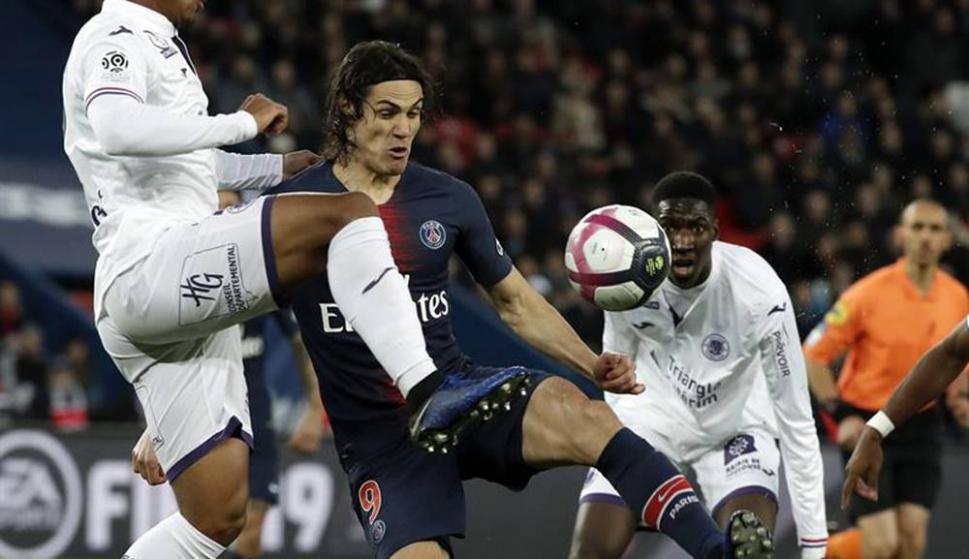 Los movimientos y el festejo de gol de Edinson Cavani. Fotos: EFE