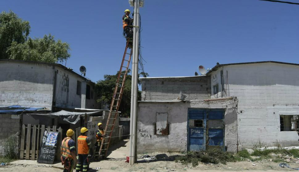 Instalan cámaras de videovigilancia en Los Palomares. Foto: Leonardo Mainé.