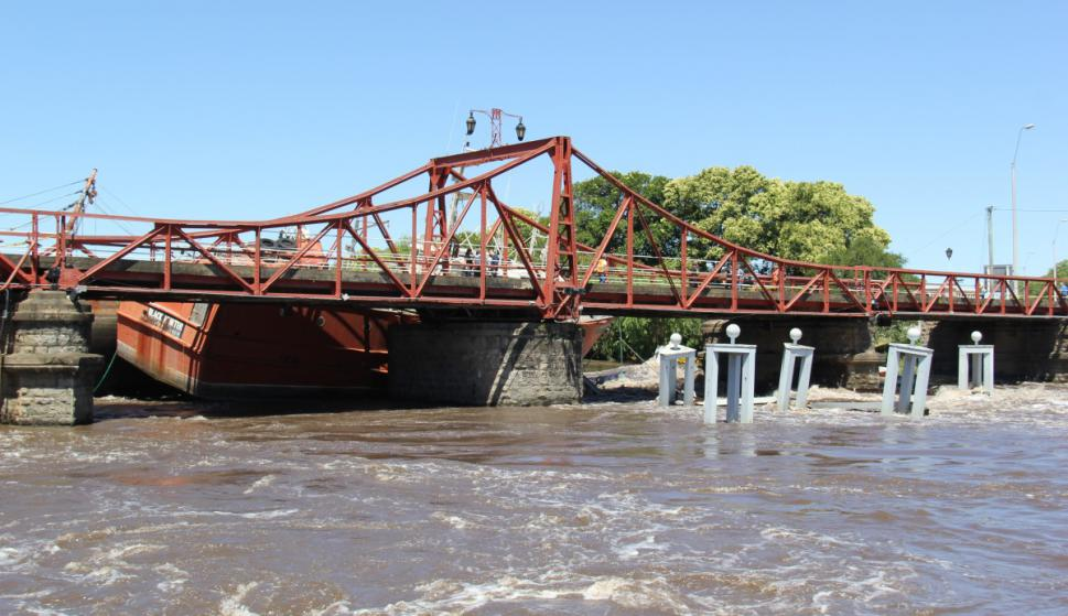 Viejos pesqueros chinos que se remataron y estaban por desguazar impactaron contra el puente. Foto: Daniel Rojas