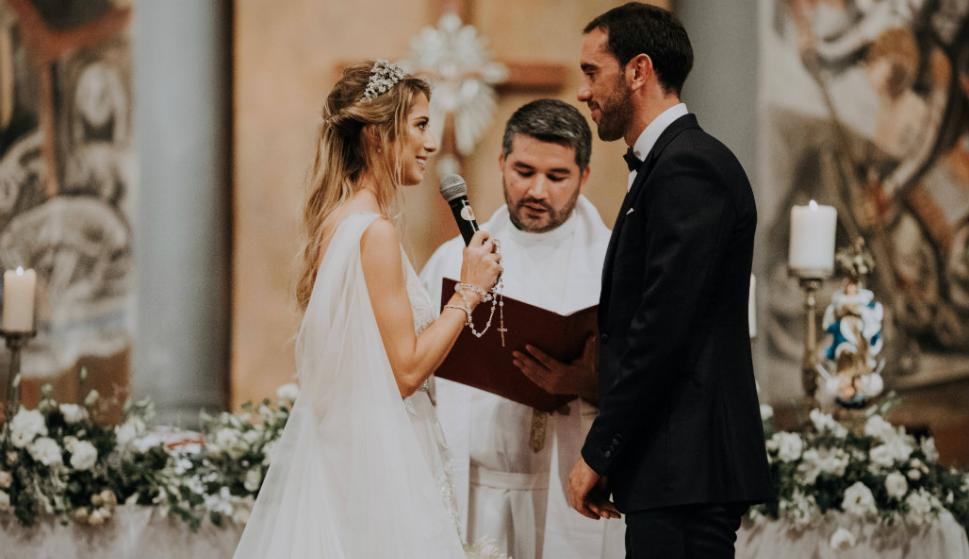 Los novios en la ceremonia. Foto: Mateo Boffano