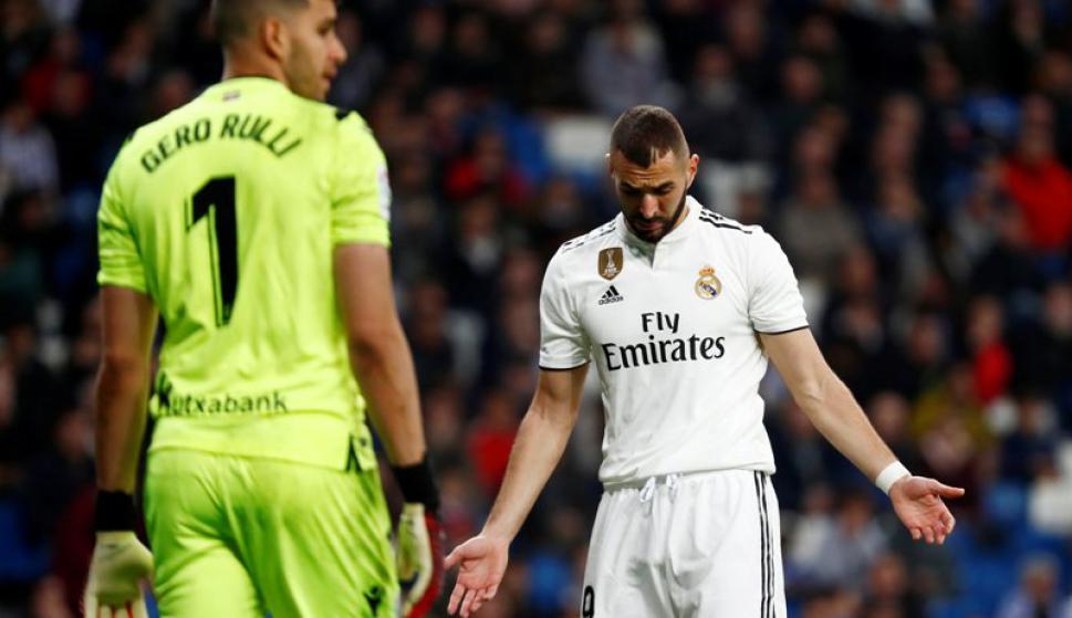 El lamento de Karim Benzema ante Gerónimo Rulli, arquero de Real Sociedad. Foto: Reuters