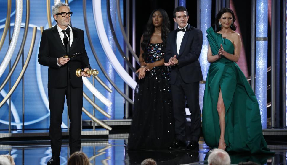 Alfonso Cuarón recibe el premio por Roma. Foto: Reuters
