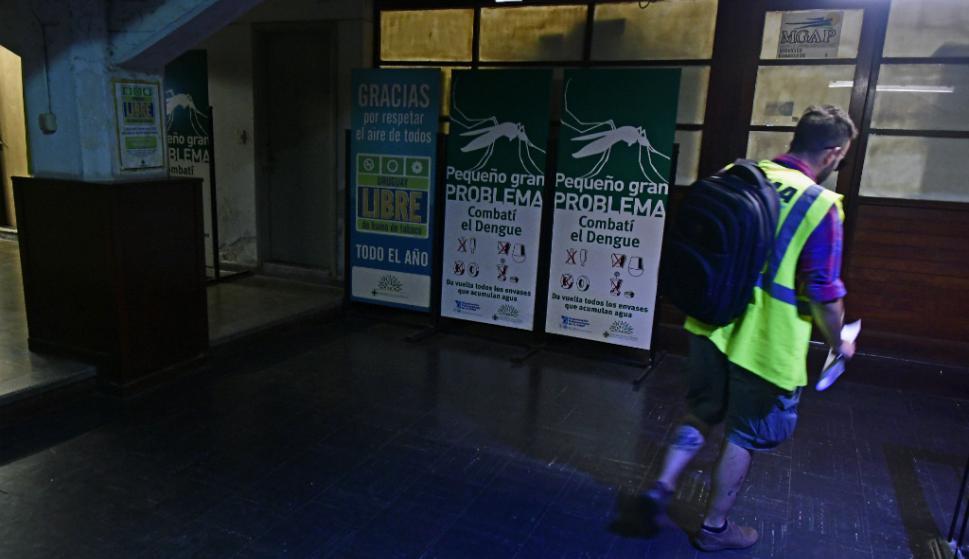 Solo estos carteles advierten que en el puerto hay un puesto del MSP. Foto. Fernando Ponzetto