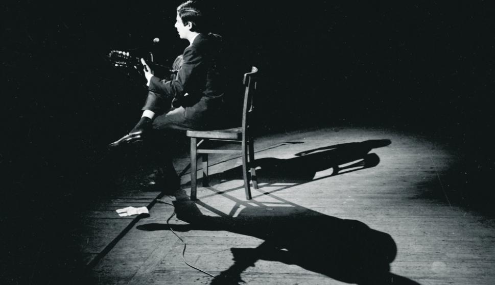 Alfredo Zitarrosa junto a su guitarra. Foto: Archivo El País