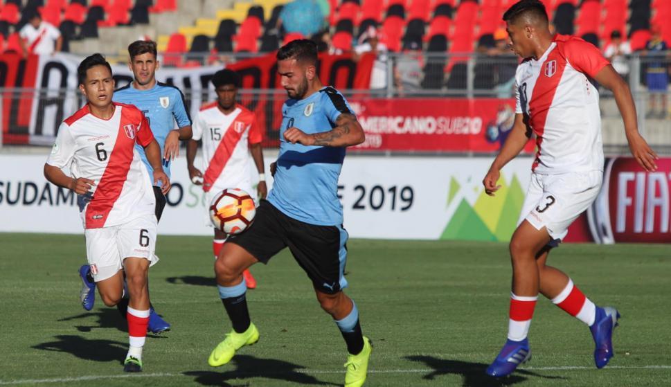 Facundo Batista se lleva la pelota ante los peruanos. Foto: AUF