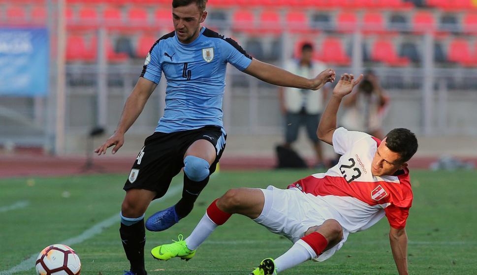 Ezequiel Busquets en el Uruguay vs. Perú del Sudamericano Sub 20. Foto: AFP