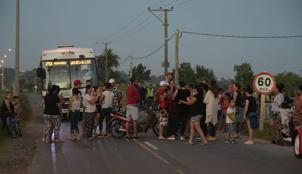 Un grupo de amigos y vecinos del comerciante asesinado salieron a la calle a exigir que el Estado mejore la seguridad. Foto: L. Mainé
