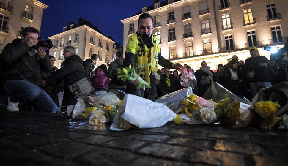 Hinchas de Nantes rezando por Emiliano Sala