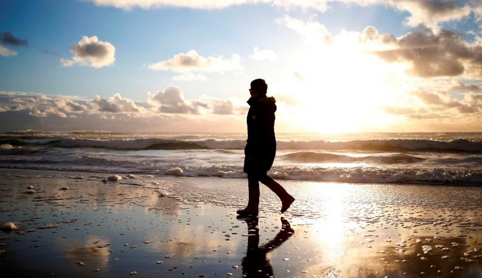Camille Leblond enla playa de Baubigny, cerca de Surtainville, donde encontró los cojines que podrían ser de la avioneta de Emiliano Sala. Foto: AFP
