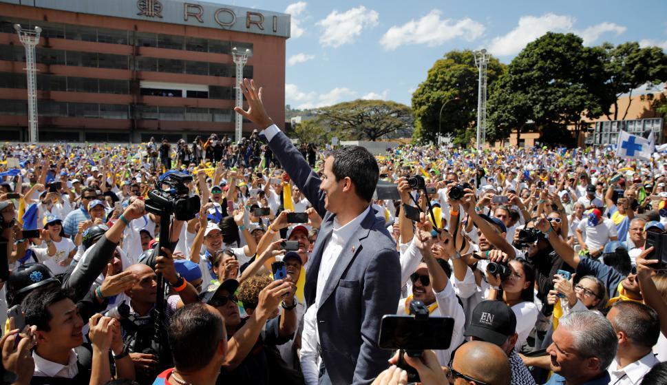 Guaidó con voluntarios para ingresar ayuda humanitaria. Foto: Reuters