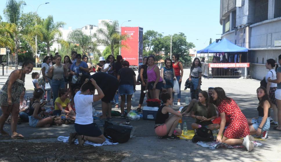 Los fanáticos de Ed Sheeran esperan a que se abran las puertas del Centenario. Foto: Francisco Flores.