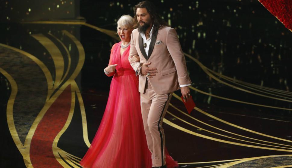 Helen Mirren y Jason Momoa en los Oscar. Foto: Reuters