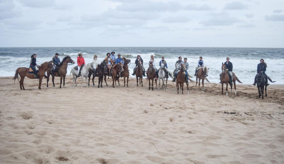 Los participantes de la cabalgata a punto de comenzar.