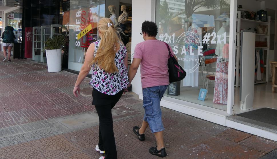 Avenida Gorlero está de oferta desde mediados de enero. Varias tiendas venden al costo para perder menos dinero. Foto: Ricardo Figueredo