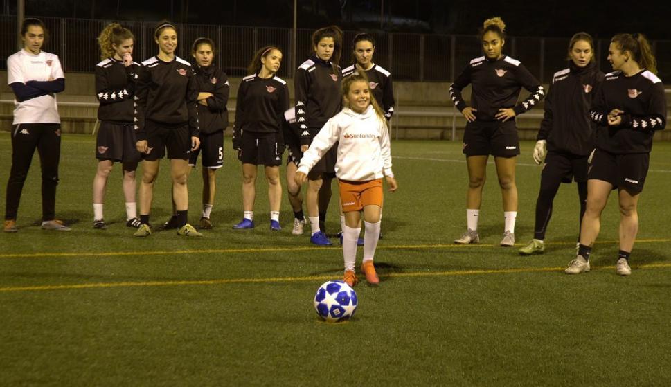 Mahia Macias de visita en el club Tacón de España