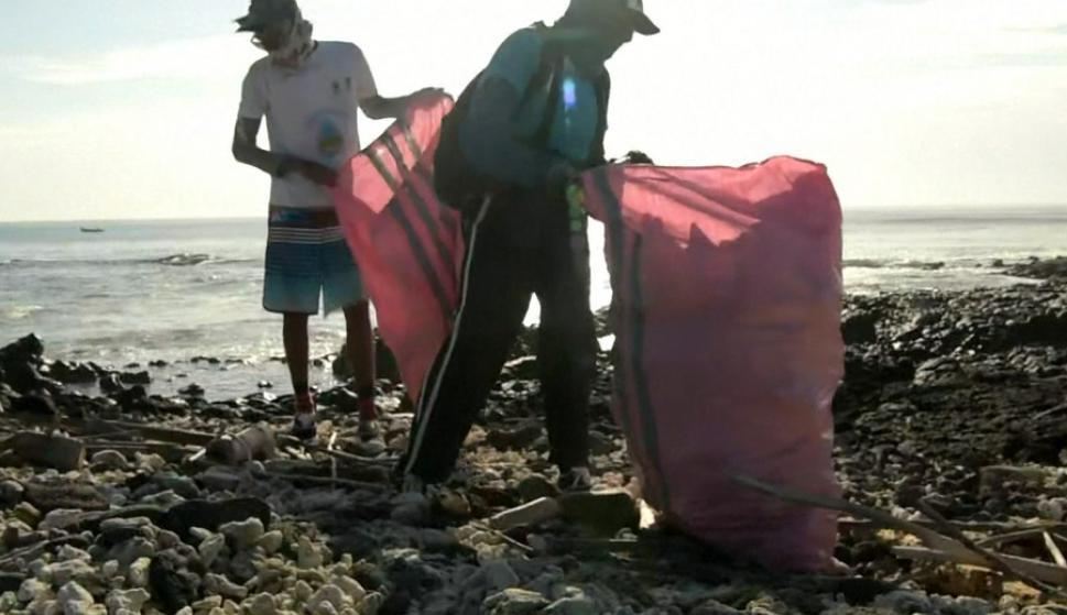 Guardaparques y voluntarios recogen a contrarreloj toneladas de plástico. Foto: AFP