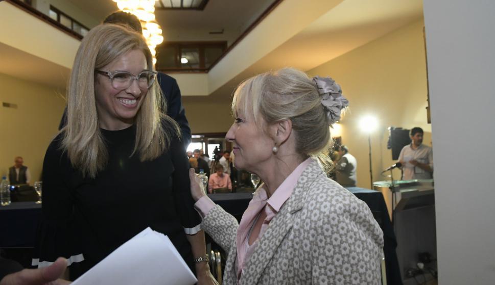 La exministra de Industria y precandidata, Carolina Cosse, fue a la presentación de Ancap y conversó con Marta Jara. Foto: Francisco Flores