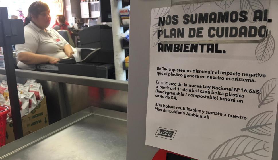 f6d0f142b Los supermercados colocaron carteles en las cajas anunciando el costo de la  nueva bolsa y la