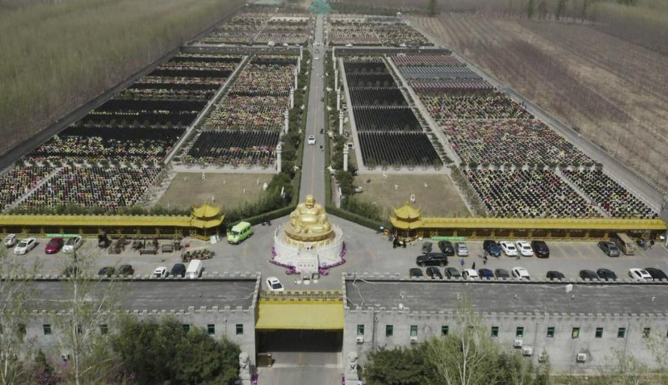 Chinos homenajean a sus ancestros limpiando sus tumbas. Foto: AFP